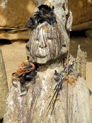 Fétiche du devin et guérisseur Sib Tadjalté (peuple Lobi) à Kerkera, Burkina Faso