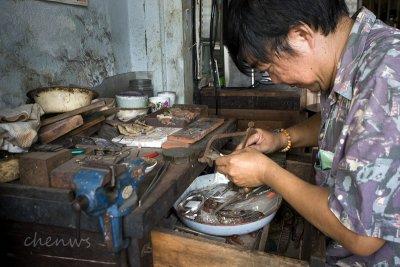 Jewelry maker (silver) (7049)