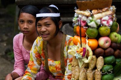 Village girls waiting _MG_2033.jpg