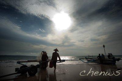 Jimbaran fishing village, fishermen returning  (Bali)
