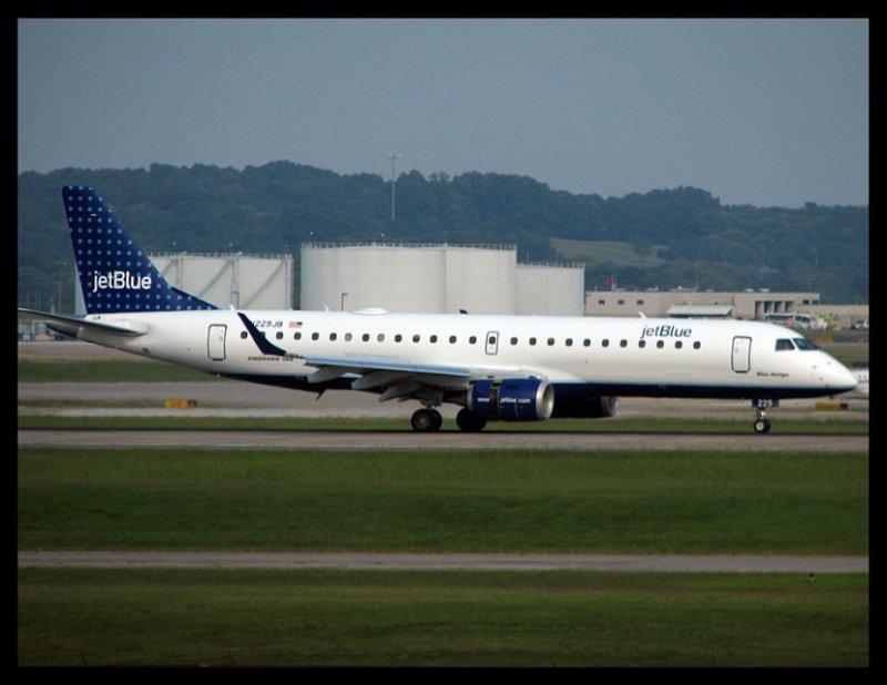 Jet Blue Airways Embraer 190 (N229JB)