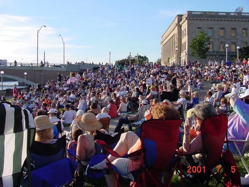 Des Moines River Amphitheater-Big Crowd