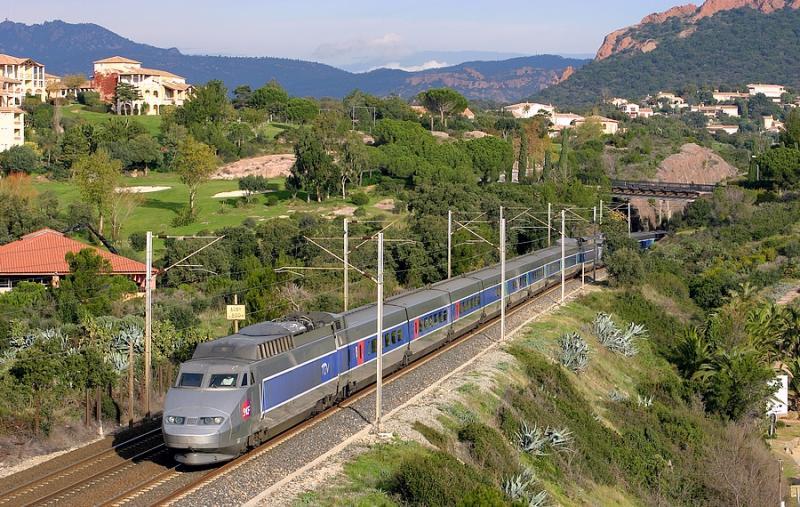 A double unity of TGV Sud-Est (the first TGV generation) near Saint-Raphaël.