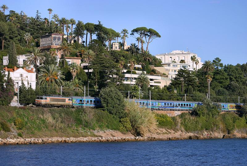 This Téoz train (Nice to Bordeaux) will stop in Cannes station in 2 or 3 minutes.