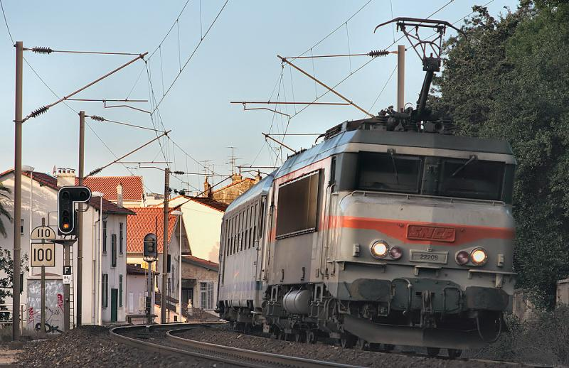 The BB22209 is leaving Cannes to Nice.