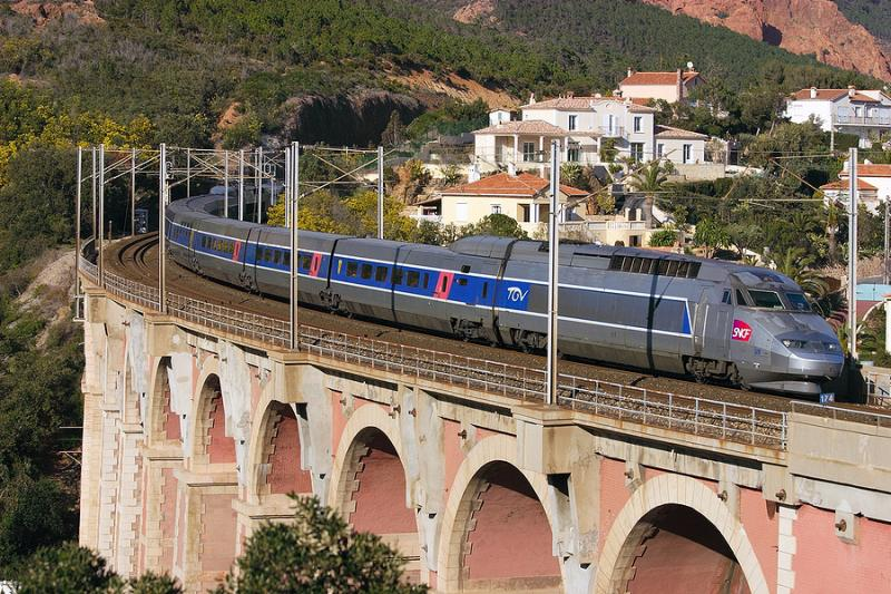 A TGV Réseaux on the Anthéor bridge, between Cannes and St-Raphaël.