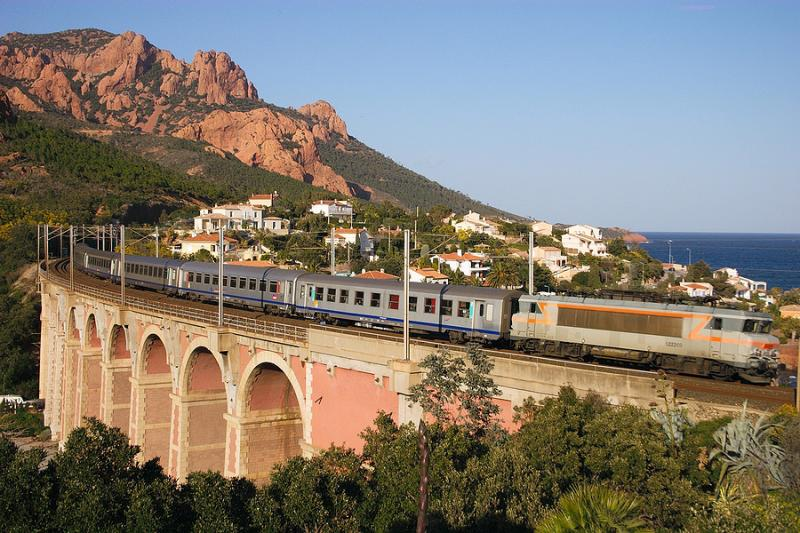 The BB22269, heading to Marseille, on the Anthéor Bridge.