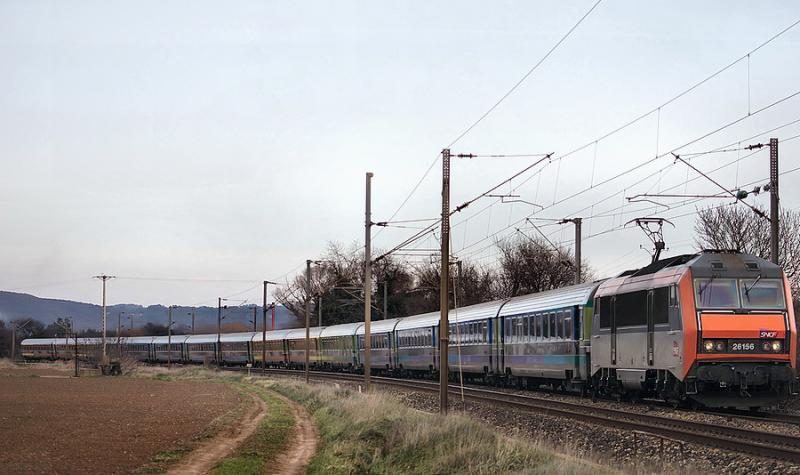 The BB26156 and the Téoz train Nice-Bordeaux at Le Luc-Le Cannet.