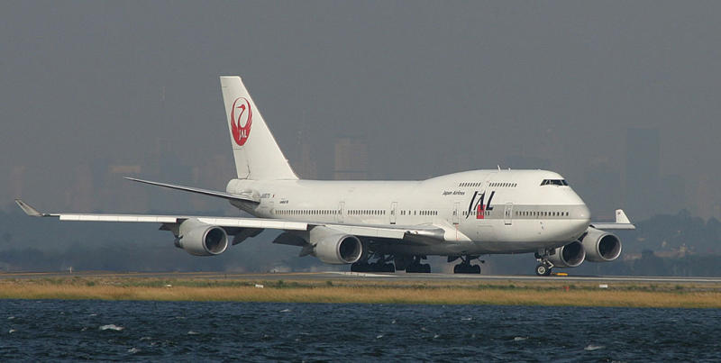 JAL 744 turning on to JFK RWY 4L, Oct. 2003