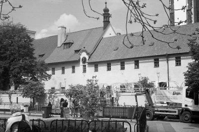 I fransiskanerhagen, inni kvartalet ved Vaclav-plassen.Vår Frues kloster forut