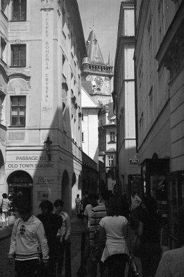I gamlebyen, i Melantrichova-gaten. Vi ser Rådhustårnet.