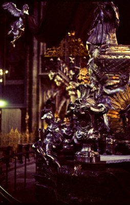 St Johan Nepomuk-minnesmerket, noen tonn sølv på ett sted