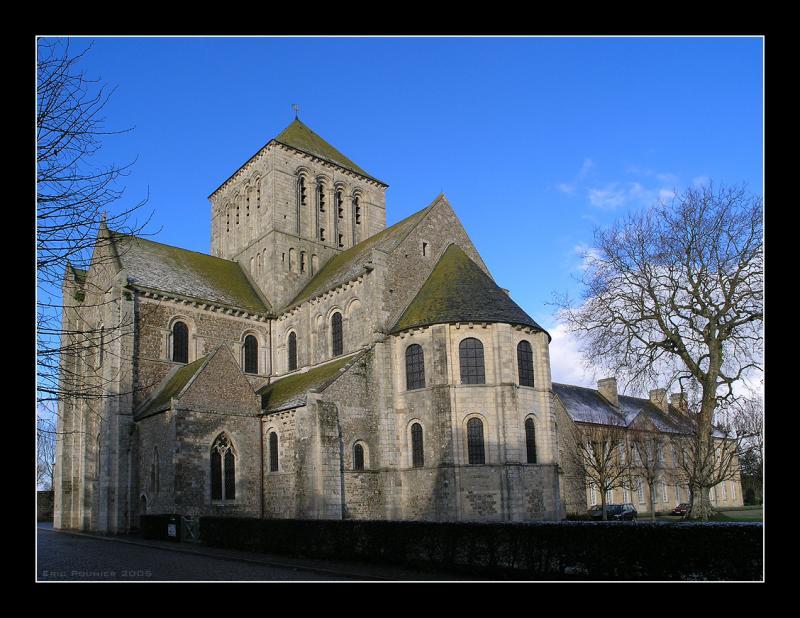 abbaye de lessay Située au cœur de la commune, l'abbaye de lessay est un monument emblématique et qui détient une des plus anciennes voûtes sur croisées d'ogives au monde.