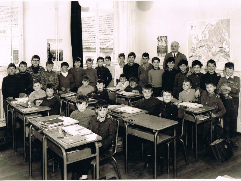 Classe année de naissance des photographiés : 1958 et 1959 - Instituteur : Monsieur  Martin