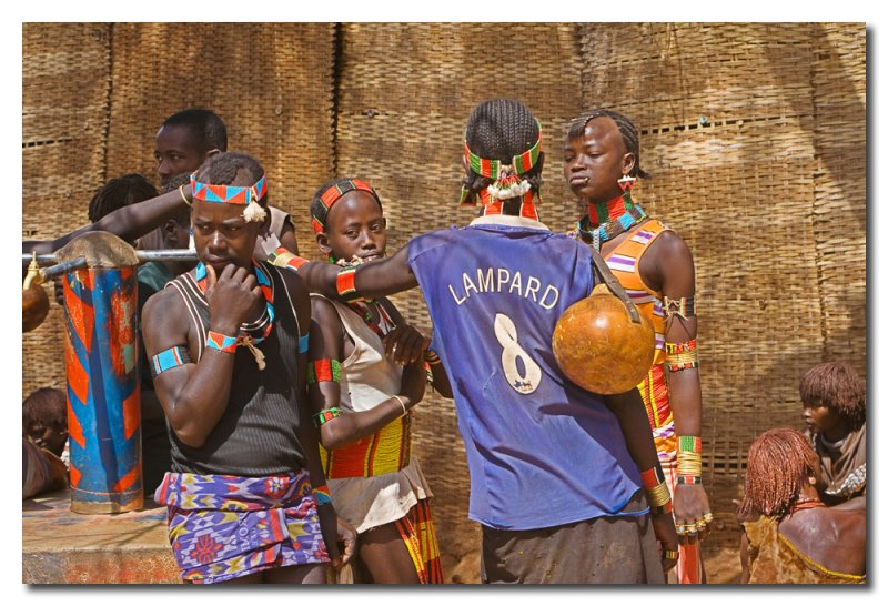 Juventud Hamer charlando en Dimeka  -  Hamer youth chatting at Dimeka