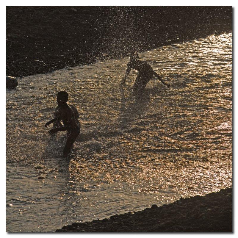 Niños bañandose en el rio  -  Children bathing in the river