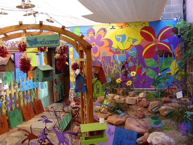 Colorful court yard in one of Moab shops !!!