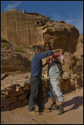 Teaching the secrets of Beduine headgear