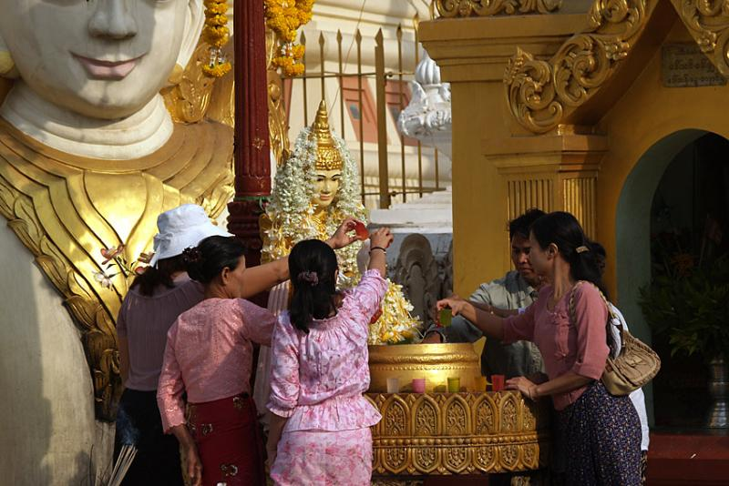 005 - Ritual washing of Buddha statues