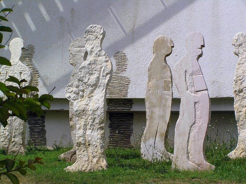 Tel Aviv ulpan statues.JPG