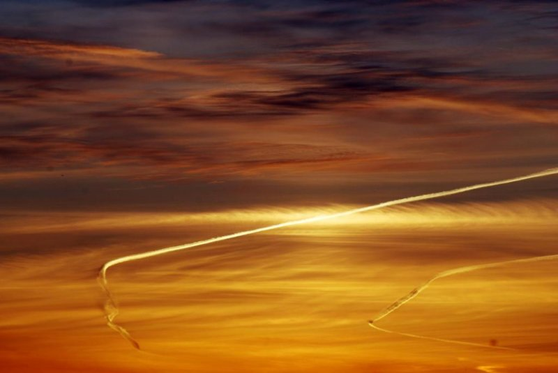 Sunset and vapour trails 02- March 16-2010.jpg