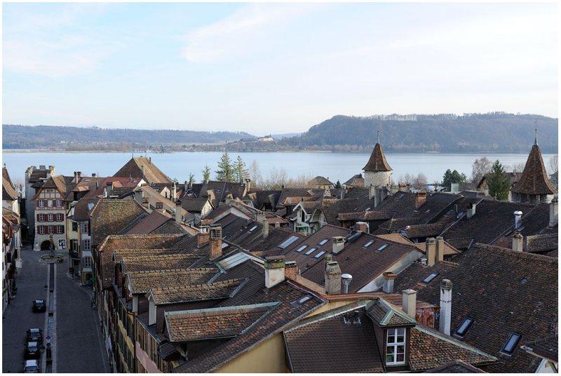 Vue générale sur les toits de la ville et le château dErlach