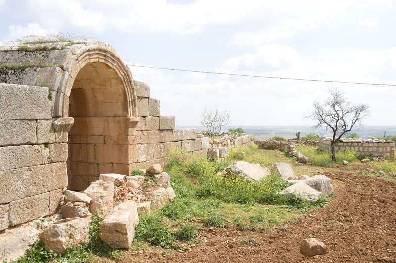 Dead cities from Hama april 2009 8647.jpg