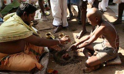 Ritual for the anniversary of a father´s death in Srirangam, Tamil Nadu.