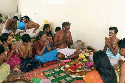 A Brahmin family celebrates the anniversary of their father´s death in Srirangam, Tamil Nadu.