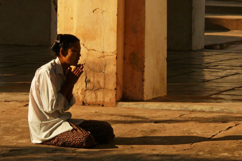 Praying Shwezigon.jpg
