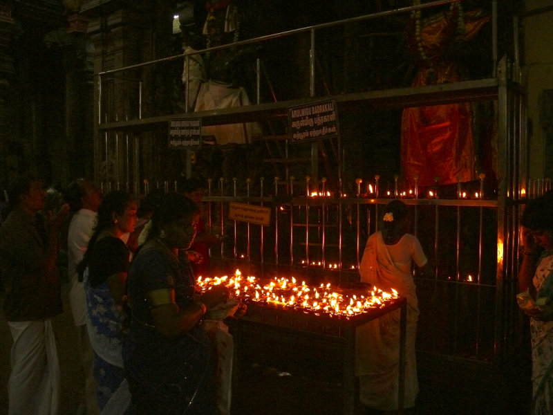 Offering in the temple of Madurai.jpg