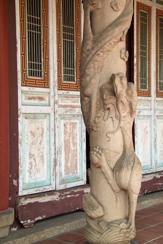 Opposing dragon pillar