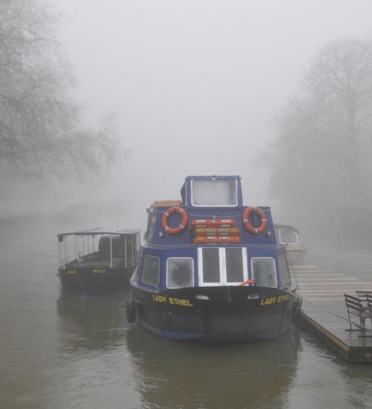 Boat on Thames at Folly Bridge Oxford with Fog _DSC5823.jpg