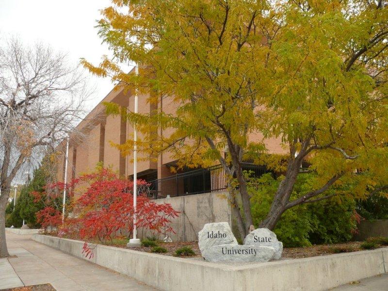 ISU Eli Oboler Library in the Fall P1010113.jpg