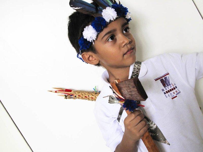 Tante Themmy bracht mij een indianen outfit uit Suriname