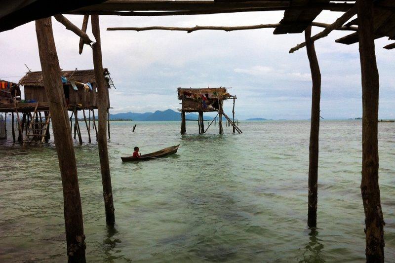 Pulau Bodgaya: Sea gypsy paddling her boat