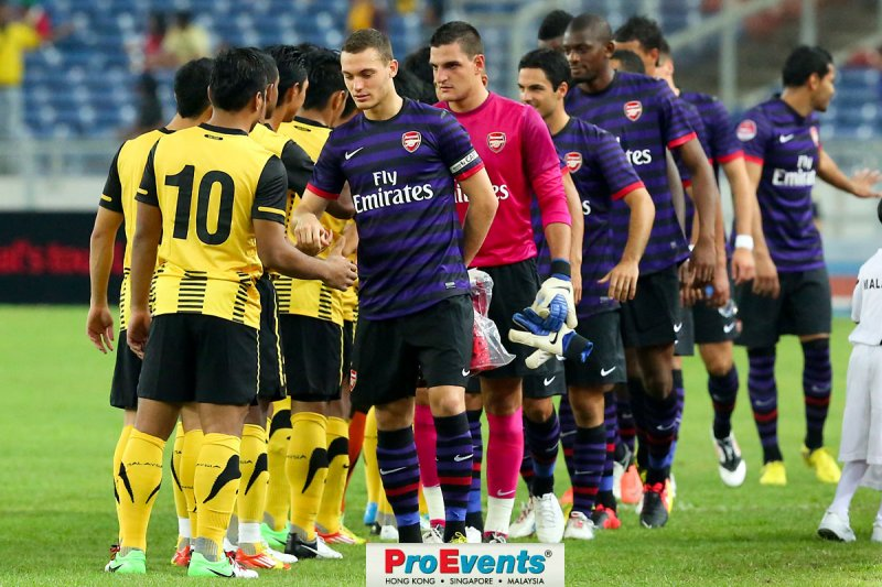 Captain Thomas Vermaelen leads the Arsenal team out