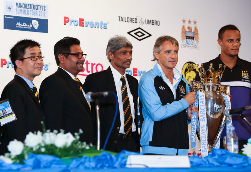 Roberto Manicini displays the EPL trophy