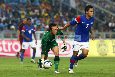Khairul Fahmi rolls the ball to M. Aidil Zafuan (7)