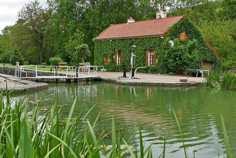 Le long du canal de Bourgogne près de Chateauneuf en Auxois
