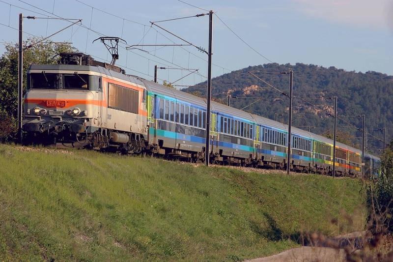 Coming from Nice and going to Bordeaux, here is the BB22266 and his new TEOZ train.