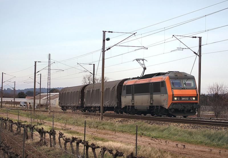 So many power (8000 hp !!) for only two wagons ! The BB26132 at Le Luc-Le Cannet.