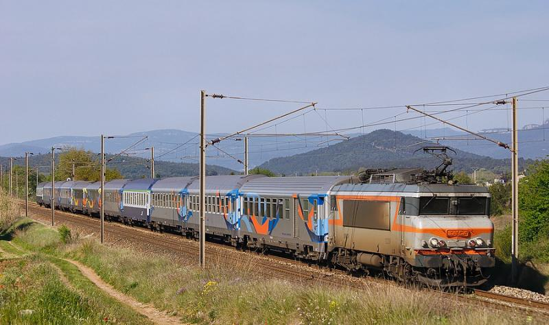 The BB22339 with a train in the Croisière color scheme, heading to Nice.
