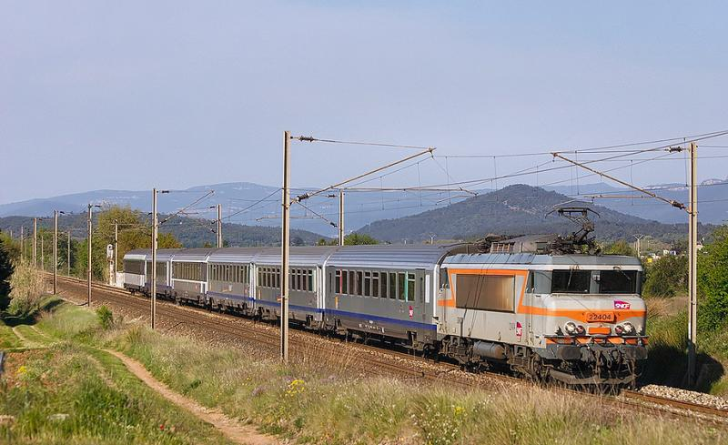 Approaching Gonfaron, the BB22404 and his train coming from Marseille.