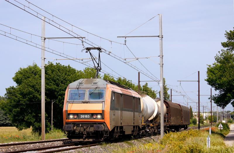 The BB26183 with a short freight train, heading to Miramas.
