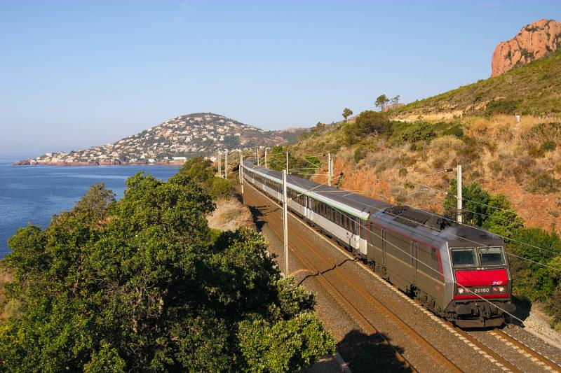 The BB26160 and the night train coming from Strasbourg, between St Raphaël and Cannes.