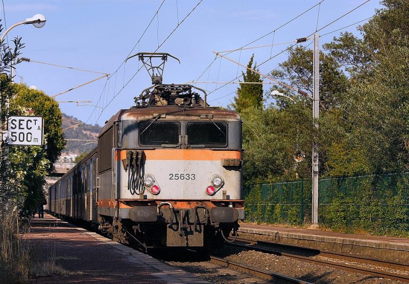 A regional train and the BB25633 near St-Raphaël, at Boulouris.