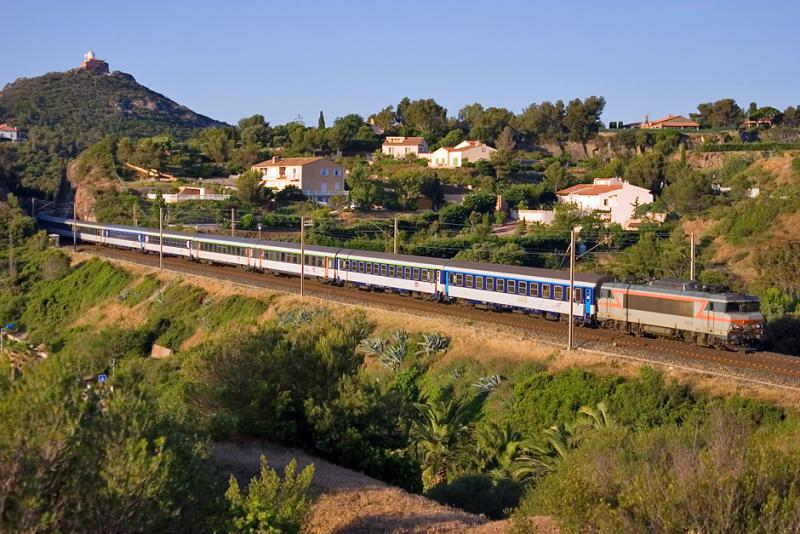 The BB22328 and a night train coming from Reims, between Le Dramont and Agay.