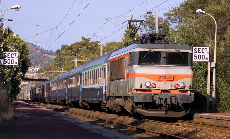 The BB22342 with a special night train to Poitier-Futuroscope, at Boulouris.