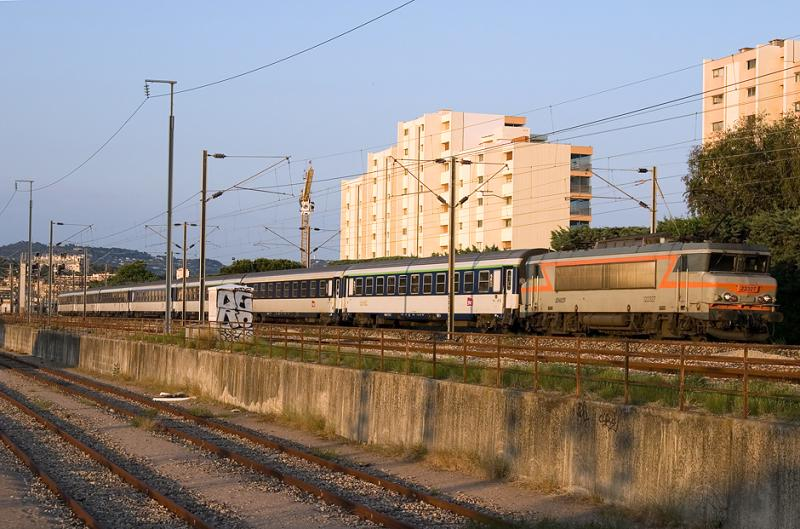 At Cannes-La-Bocca, the BB22327 and the night-train Nice-Strasbourg.
